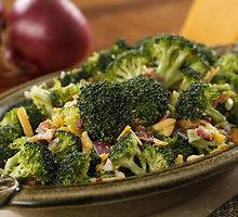 Brokolinių kopūstų salotos su sezamo padažu ir anakardžių riešutais