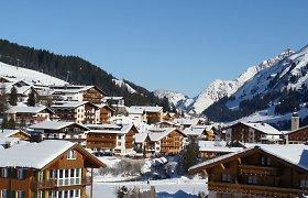 Vykstame slidinėti: palyginkime kelionės automobiliu ir lėktuvu privalumus ir trūkumus