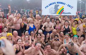 Į Baltijos bangas kartu su sveikatos apsaugos ministru paniro šimtai žmonių