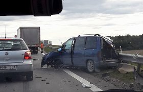 """Kelyje """"Via Baltica"""" prie Kėdainių – automobilio ir sunkvežimio kaktomuša"""