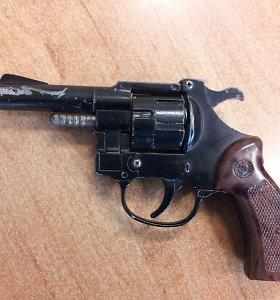 Nelegalų revolverį turėjęs Anglininkų gyventojas išvežtas į psichiatrinę