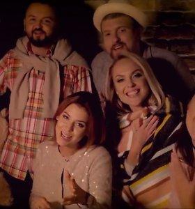 """Naujame muzikiniame klipe – netikėtas Deivydo Zvonkaus flirtas su """"Queens of Roses"""" nare"""
