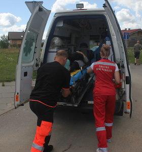"""Važiuodamas atbulomis, Utenoje """"Renault"""" partrenkė pareigūnę: tyrėjai sužalotas stuburas"""