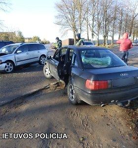 """Marijampolėje susidūrė """"Audi"""" ir """"Volvo"""", sužaloti 3 žmonės"""