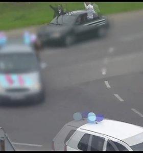 Elektrėnų moksleiviai nustebino pareigūnus: gulėsi ant automobilių stogų, gėrė alkoholį
