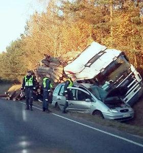 Avarija prie Ignalinos: vieną iš dviejų automobilių miškavežis palaidojo po rąstais