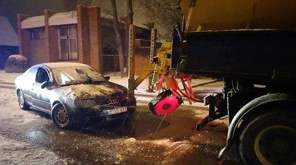 """Klaipėdoje barstytuvo vairuotojas užvažiavo ant """"Audi"""": nukentėjo vairuotoja, prireikė gelbėtojų"""