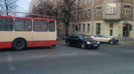 Seimo pirmininko kortežo avarija paženklintoje sankryžoje susidūrė VW ir troleibusas