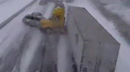 Pamatykite: ledu virtusioje magistralėje Kanadoje susidūrė apie šimtas automobilių