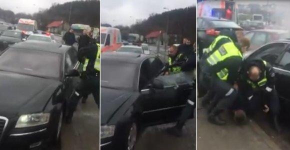 """Nufilmuota, kaip policija iš """"Audi A8"""" ištraukė iki sąmonės netekimo girtą vairuotoją"""