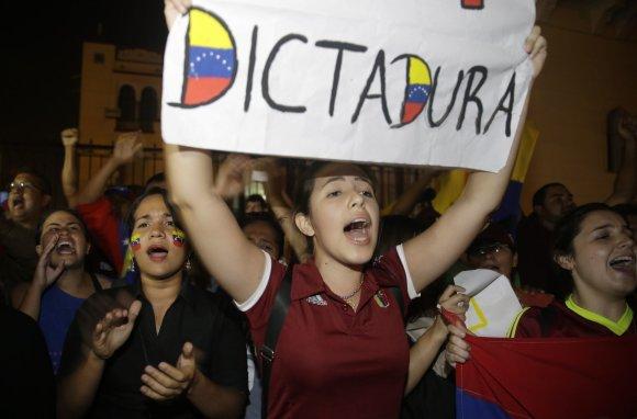 """""""Scanpix""""/AP nuotr./Venesueloje tęsiasi protestai prieš prezidento N.Maduro režimą"""