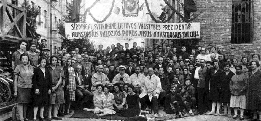 Frenkelio odų fabriko darbininkai Šiauliuose 1930 m. prieš valstybės prezidento vizitą