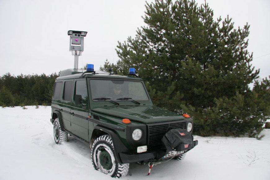 """Pasieniečių visureigyje """"Mercedes Benz"""" sumontuota speciali įranga su kamera, reaguojančia į aplinkos temperatūros skirtumus."""