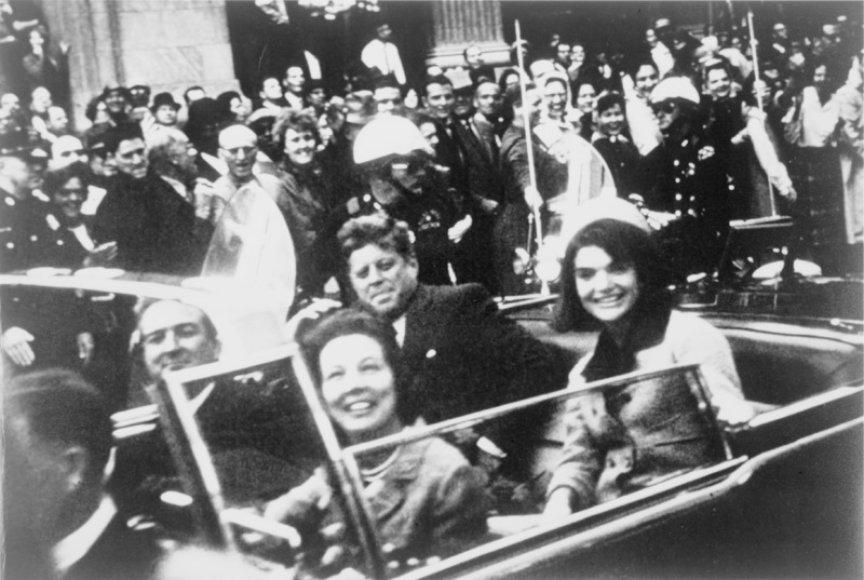 Jacqueline Kennedy su vyru Johnu F. Kennedy likus kelioms minutėms iki mirtino šūvio