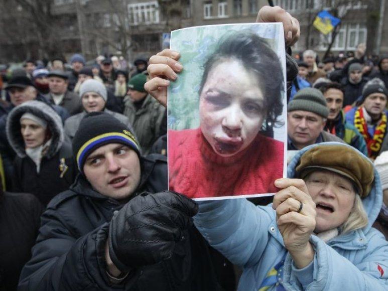 Protestuotojai su sumuštos T.Čornovil nuotrauka.