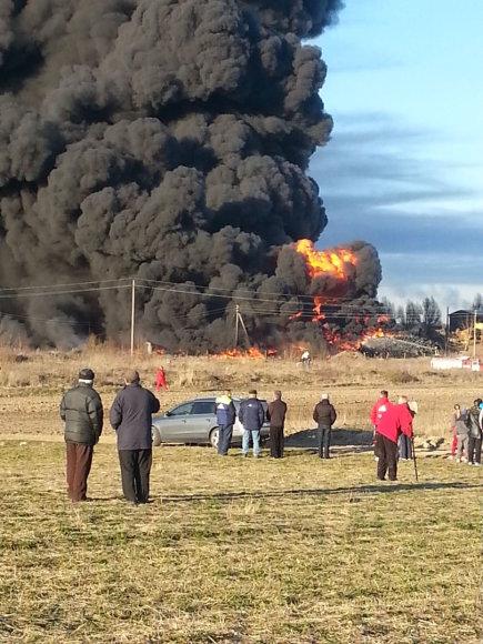 Pragariškas gaisras Akmenėje – dega padangų sąvartynas