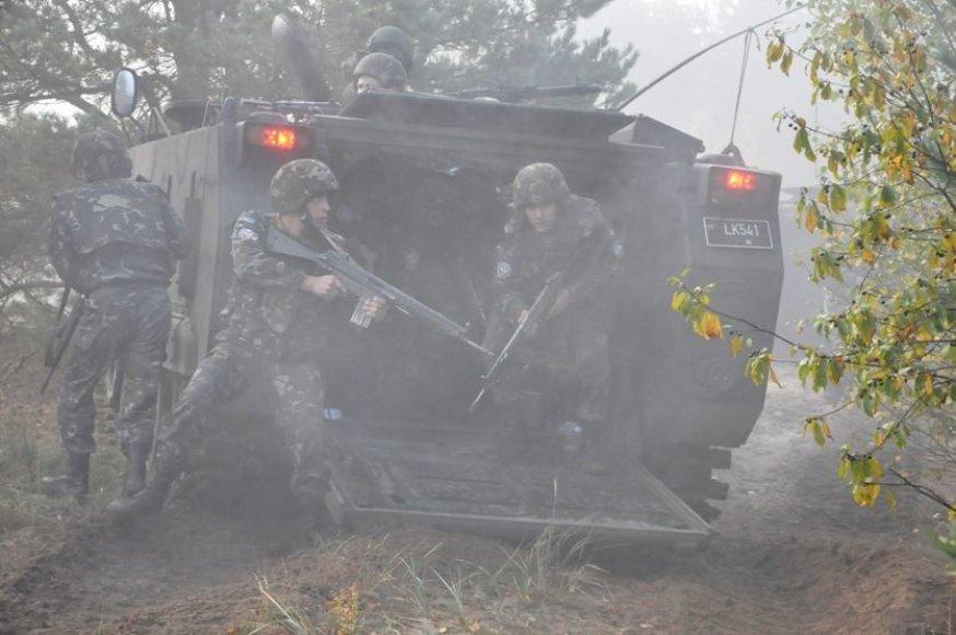 Ukrainos kariai pratybose išsilaipina iš Lietuvos kariuomenės šarvuočio M113