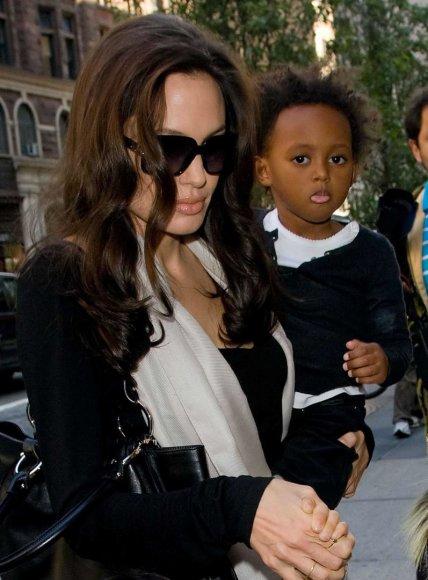 """Scanpix""/""Sipa USA"" nuotr./Angelina Jolie su įdukra Zahara (2008 m.)"