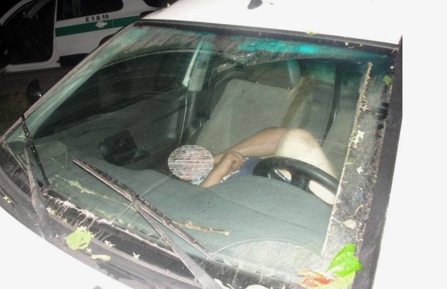 Įtariamąjį vairuotoją pareigūnai rado mašinoje miegantį