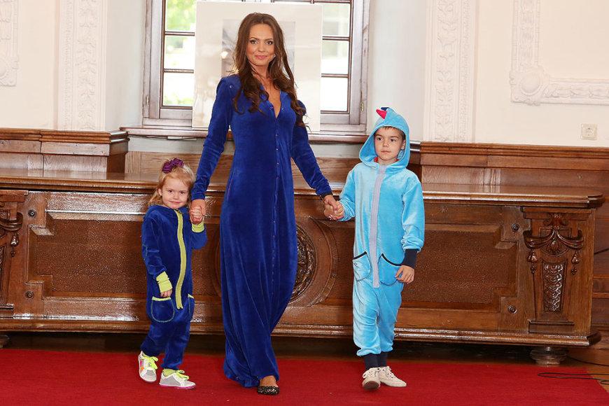 Neringa Mažeikienė su sūnumi Grantu ir dukra Gaudre