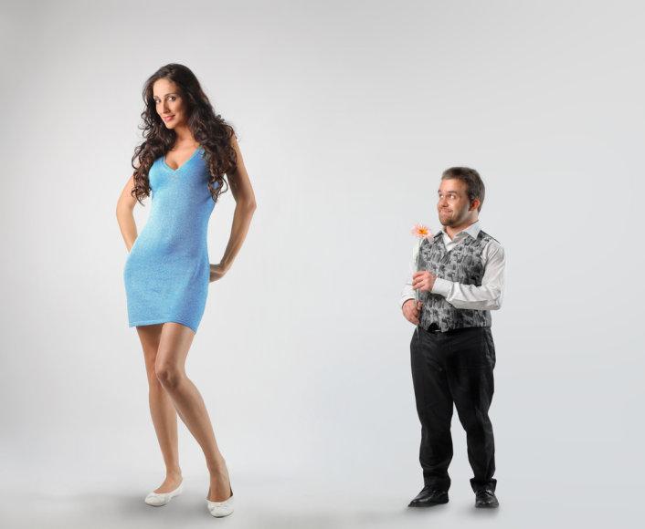 Žemas vyras rodo dėmesį moteriai.