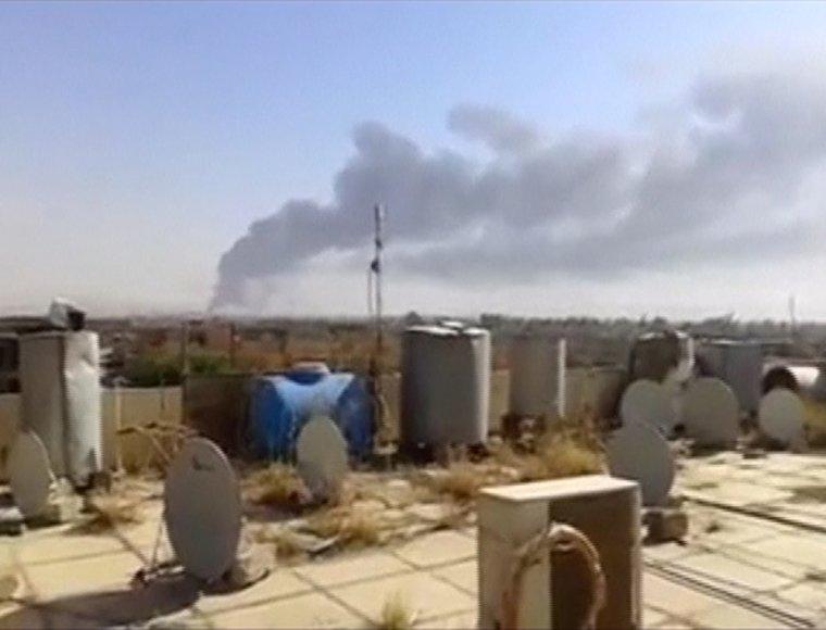 Dūmai virš Baidžio naftos perdirbimo gamyklos Irake