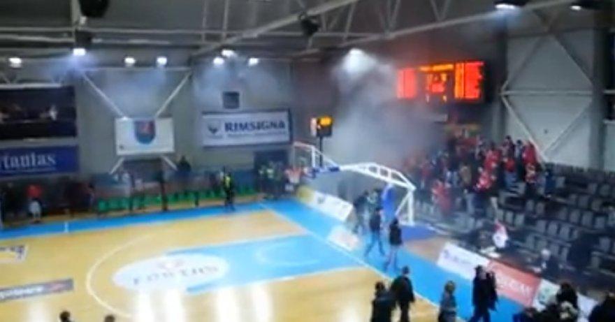 Sirgaliai areną užtvindė dūmais