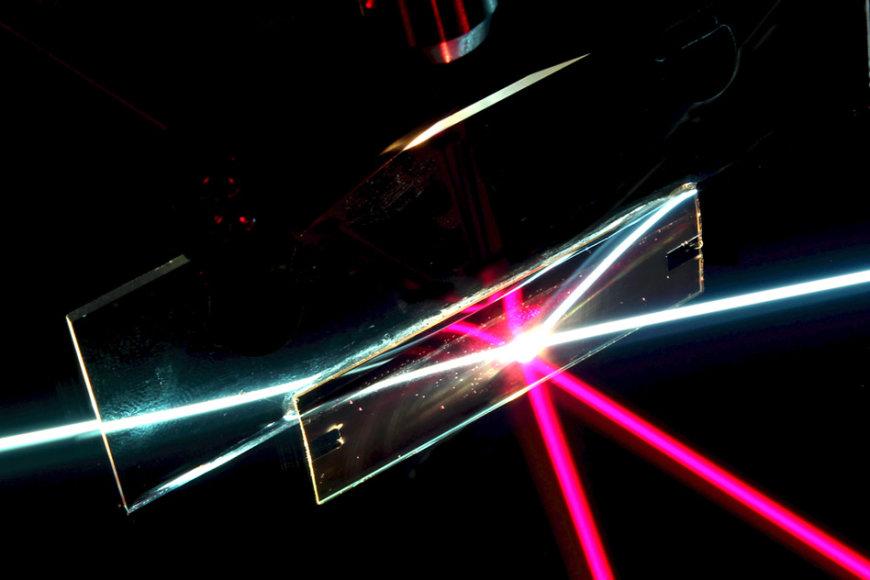 Filtras, galintis praleisti tik viena kryptimi krintančią šviesą