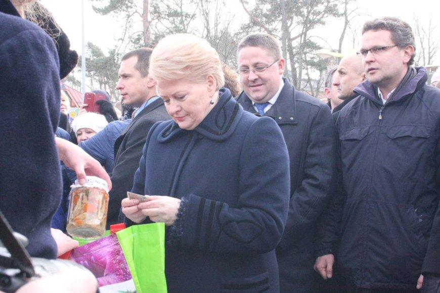 Dalia Grybauskaitė Palangos stintos šventėje įsigijo stiklainį marinuotų stintų.
