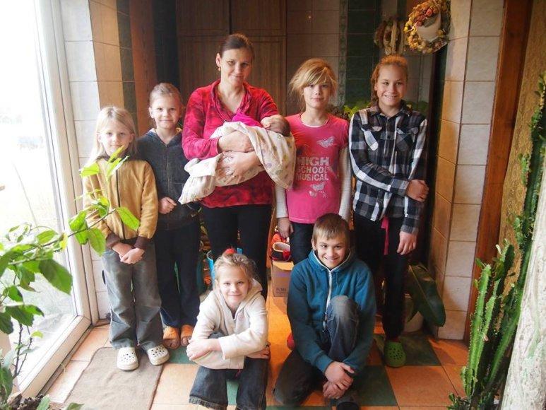 Gitana Janulienė su pulku vaikų