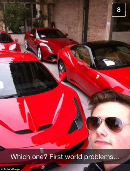 """Turtingas jaunuolis renkasi, kokį """"Ferrari"""" įsigyti"""