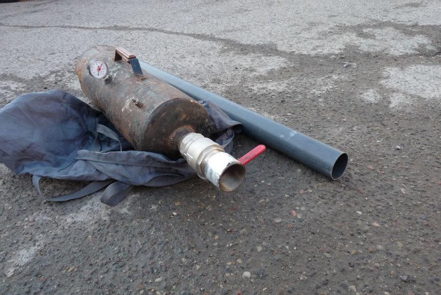 """Sulaikytame """"Ford Mondeo"""" buvo rasta ir savadarbė pneumatinė patranka, iš kurios į kalėjimo teritoriją buvo permestas paketas su 7 mobiliaisiais telefonais."""
