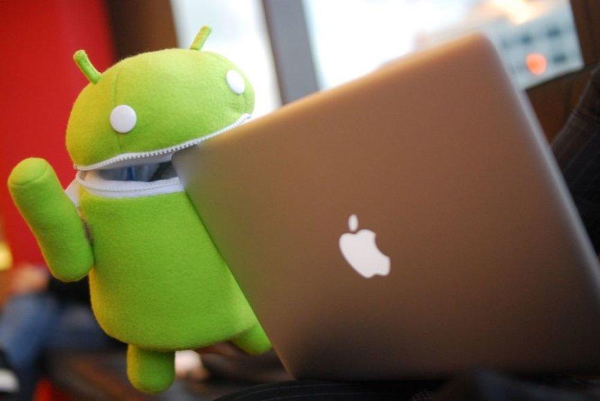 """""""Android"""" pliušinis žaislas ir """"Apple"""" kompiuteris."""