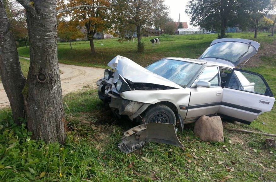 """Likimo valiai avarijos vietoje paliktas """"Mazda"""" automobilis"""