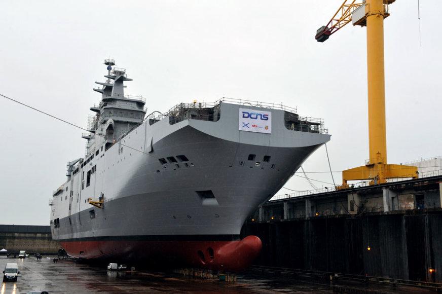 """Rusijai skirtas """"Mistral"""" tipo laivas nuleidžiamas į vandenį"""