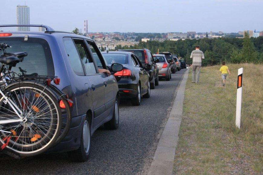 Automobilių virtinė pakeliui iš Kuršių nerijos į Klaipėdą.