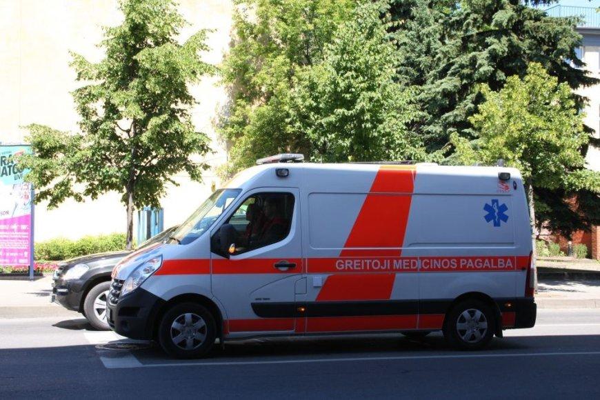 Greitosios pagalbos medikai išgabeno sumuštą vyrą į ligoninę.