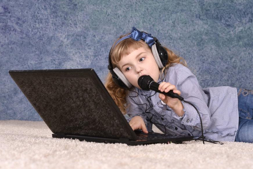 Mergaitė mokosi dainuoti