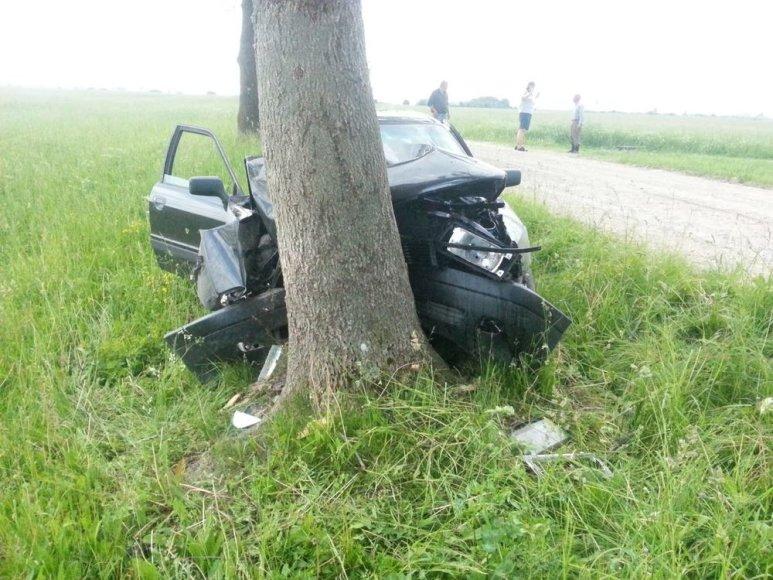 """Į medį atsitrenkęs """"Audi"""" automobilis"""