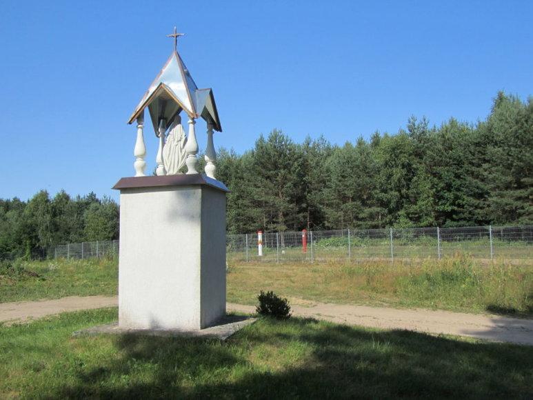 Koplytstulpis prie Norviliškių bažnyčios. Greta – siena su Baltarusija