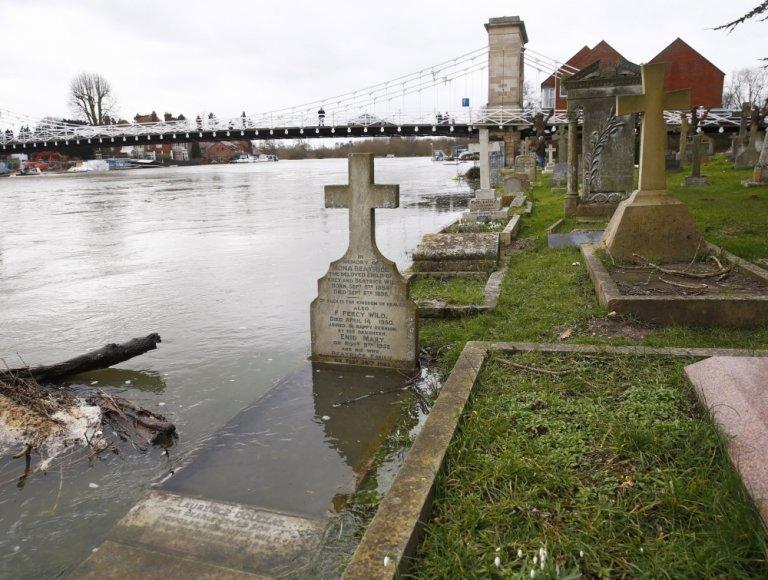 Patvinusi Temzė užliejo kapines Marlou miestelyje