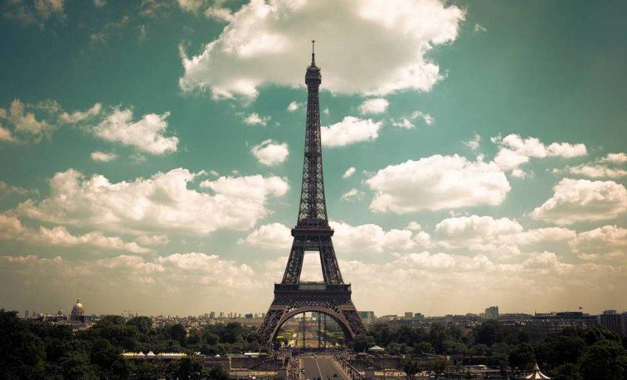 Prancūzijos pasididžiavimas – Eifelio bokštas ir gražios moterys