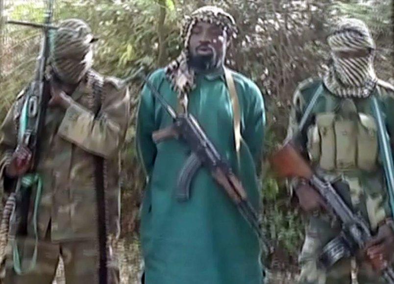 """""""Boko Haram"""" grupuotės lyderis Abubakaras Shekau (centre) su savo smogikais"""