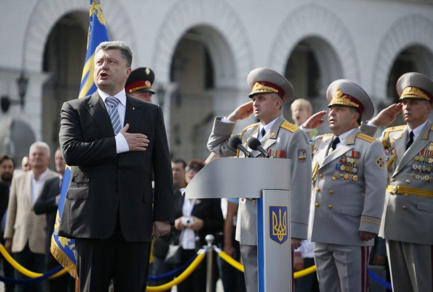 Ukrainos prezidentas Petro Porošenka gieda himną