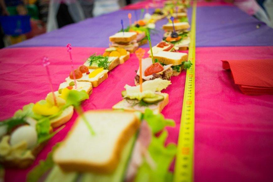 Pasiektas rekordas – vaikai sutepė ilgiausią sumuštinį Lietuvoje.