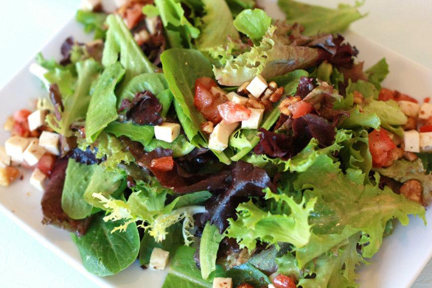 Salotas galima pagardinti įvairiais naudingais produktais