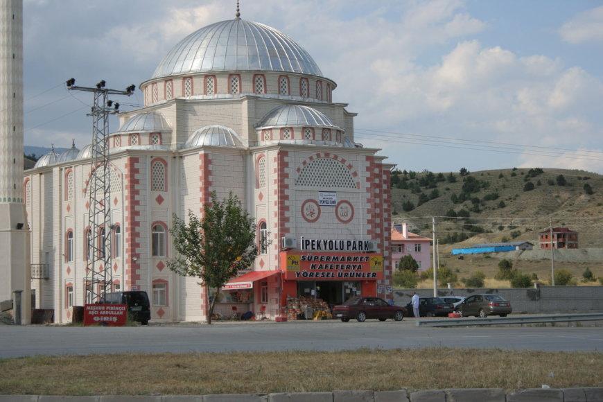Pakeliui į Samsumą. Mečetė, kurios viduje jaukiai įsikūrusi maisto prekių parduotuvė