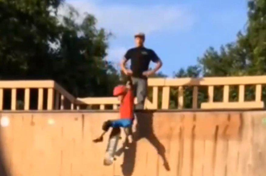 Tėvas nuspyrė vaiką