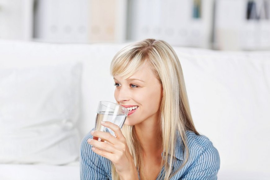 Moteris geria vandenį