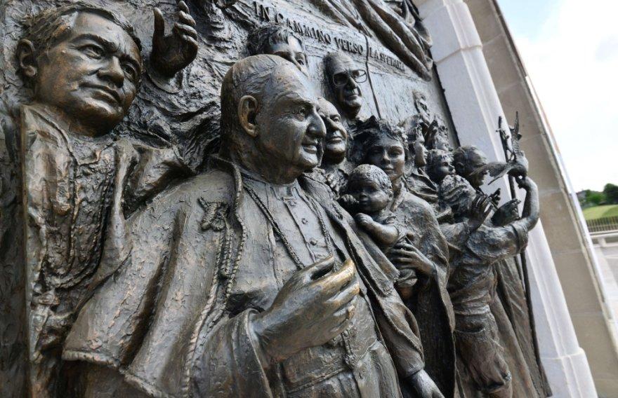 Popiežiaus Jono XXIII atvaizdas Šv. Jono bažnyčios duryse